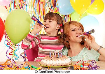 feliz, hija, y, madre, con, trompetas, y, Globos, en,...