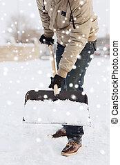 Primer plano, de, hombre, Cavar, nieve, con, pala,