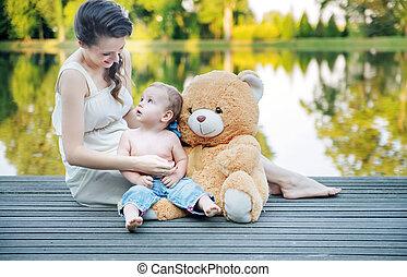 mamá, Mirar, en, ella, niño, juego, teddy,...