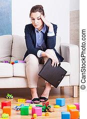 mujer, niños, habitación, cansado, Lleno, juguetes