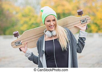 mujer, proceso de llevar, joven, Patín, tabla, feliz