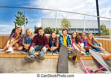 diversidad, de, adolescentes, con, monopatines, y, patineta,...