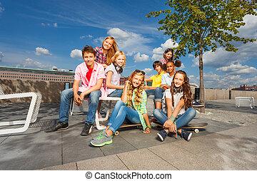 sillas, monopatines, niños, juntos, sentarse