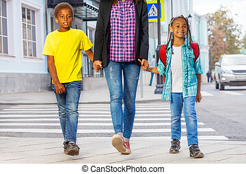 sonriente, africano, niños, con, mujer, caminata, en,...