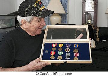 veterinário, seu, sobre, Vietnã, olha, medalhas