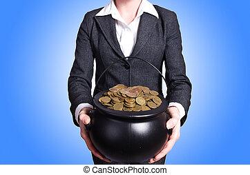 mulher, segurando, pote, de, Ouro, moedas,
