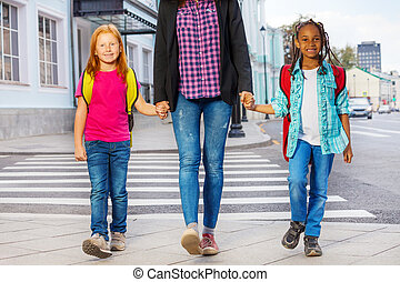 dos, niños, con, mujer, ambulante, en, el, calle,