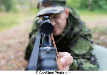cierre, Arriba, de, soldado, o, cazador, con, arma de fuego,...