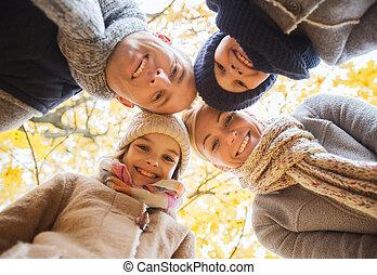Feliz, família, em, Outono, parque,
