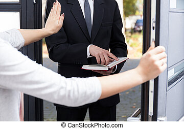 Jehowah's witness - Woman doesn't want to hear Jehowah's...