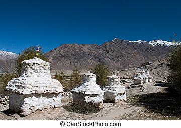 ibetan, blanco, Pagodas, con, azul, cielo,