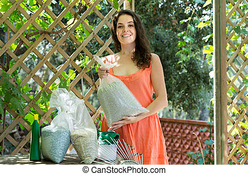 mujer, con, fertilizante, Gránulos, en, bag, ,
