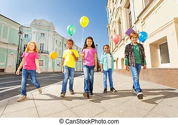 internacional, amigos, con, colorido, Globos, caminata,
