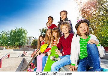Muchos, niños, con, monopatines, y, cascos, Sentado,