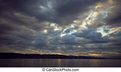 Golden morning glory (timelapse) - Timelapse: A morning...