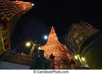 BANGKOK - NOV 06 : The restoration repairs a temple Wat Arun...