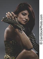 Sexy, guerrero, tattooed, mujer, con, grande, serpiente, y,...