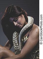 sensual, tattooed, mujer, con, grande, serpiente, y, hierro,...