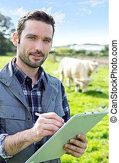 joven, atractivo, granjero, trabajando, en, Un, campo,