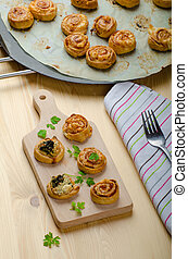 Canap?s puff pastry with spinach, garlic blue cheese, easy...