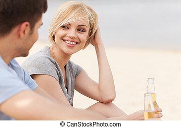homem, e, mulher, relaxante, ligado, praia, com, beer.,...