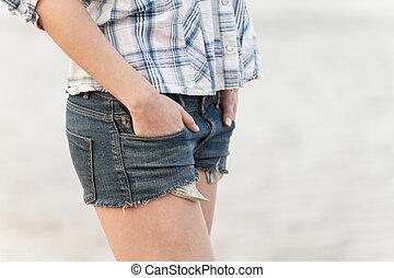 mujer, en, vaqueros, calzoncillos, ambulante, en, sand.,...