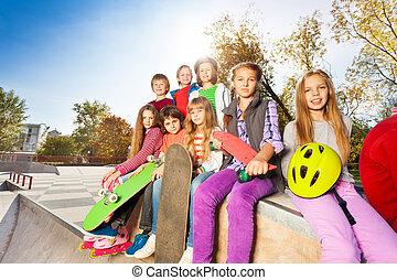 grupo, de, niños, con, monopatines, y, casco,