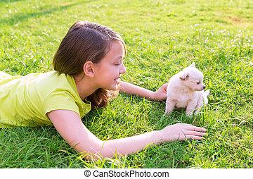 feliz, césped, perro, niña, perrito, acostado, niño