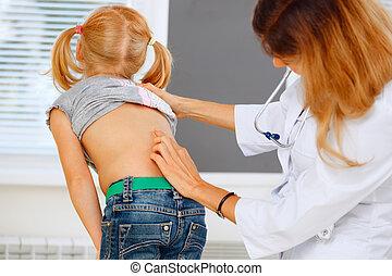 pédiatre, examiner, peu, girl, à, dos,...