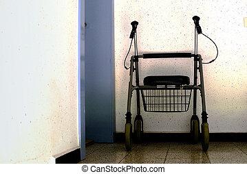 Gehwagen - ein Gehwagen / Gehhilfe, auf dem korridor in...