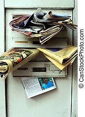 Briefkasten - ein ?berf?llter Briefkasten eines verlassenen...