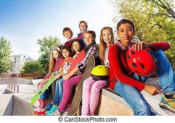 grupo, de, internacional, niños, con, monopatines,
