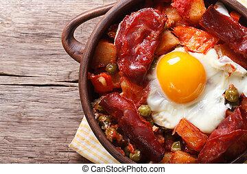 batatas, ovos, cima, pote, tomates, fim, topo,  chorizo