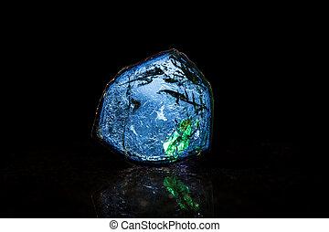Scheibe eines Indigolith vor Schwarz - Studioaufnahme blauer...