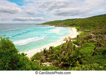 Grande Anse beach in La Digue - Big waves at Grande Anse, La...