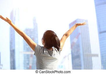 cidade, mulher, abertos, braços, alegrando