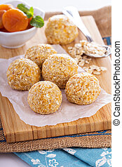 Raw vegan oat apricot banana balls for power breakfast