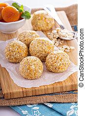 Raw vegan oat apricot banana balls for power breakfast