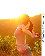 montanha, mulher, abertos, braços, amanhecer