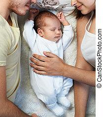 recién nacido, mentiras, entre, padres, amoroso