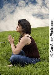 mulher, sentando, capim, orando