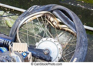 cassé, roue, de, ecrasé, motocyclette,