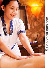 vita, indietro, massaggio, fiducioso, equilibrio, terapeuta, massaggio, femmina, sorridente, tailandese, restaurare