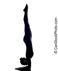 mulher, exercitar, vrschikasana, escorpião, pose,...