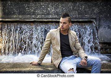 atractivo, joven, hombre, en, urbano, ajuste, Sentado,