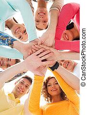 sonriente, Adolescentes, con, Manos, en, cima, de, cada,...