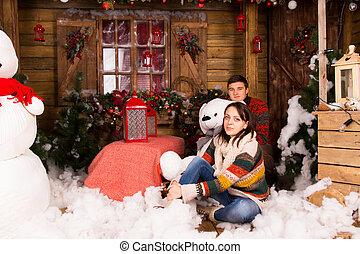 Sentado, casa, pareja, joven, adornado, navidad