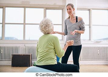 trainer, vrouw, Bejaarden, vrouwlijk, voortgang, Het bespreken