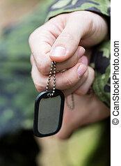 cierre, Arriba, de, joven, soldado, en, militar, uniforme,