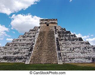 Mayan pyramid at Chichen Itza - Pyramid of Kukulkan at...